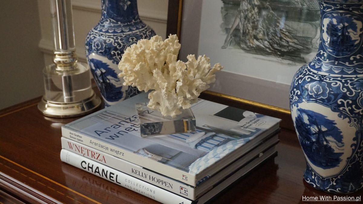 Biało-niebieska ceramika i albumy
